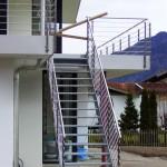 Vom Balkon in den Garten mit gleichem Geländer und liegenden Edelstahlsprossen