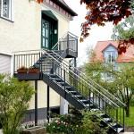 Außentreppe in gehobenem Design, dadurch konnte das Obergeschoß als eigene Wohnung abgetrennt werden