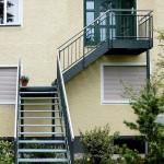 Außentreppe Geländer und Wangen dunkelgrau lackiert. Handlauf Edelstahl, Stufen verzinkt
