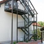 Die perfekte Komplettlösung, Außentreppe überdacht mit Balkon