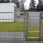 Eingangstüre mit Postkasten und Gegensprechanlage