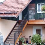 Balkon mit Holzunterkonstruktion, Stufen rutschfeste Gitterroste, Geländerdesign in dunkelgrau und Edelstahl