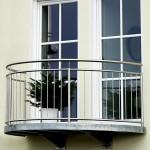 Freitragender Balkon in Stahlverzinkt, Geländer halbrund mit stehenden Stäben