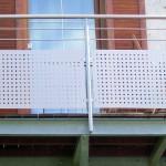 Balkon mit Edelstahlgeländer, mit Abstützung zur Mauer