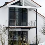 Balkonkonstruktion aus Stützen, Unterkonstruktion, Belag und Geländer, Stahl verzinkt und Edelstahl