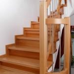 Stufen mit Setzstufen, Wischleisten und Krümmlingsgeländer  in Buche