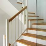 Stufen Buche keilverzinkt mit Eckpfostengeländer weiß und Handlauf Naturholz