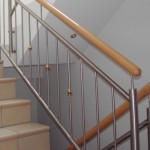 Edelstahlgeländer für gefließte Treppe mit Handlauf in Buche