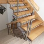 Treppe nach oben in Holz, Kellertreppe gefließt mit gleichem Geländer