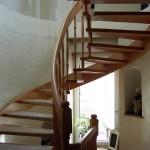 Treppe mit gebogener Außenwange und gedrechselten Sprossen für runde Treppenhäuser