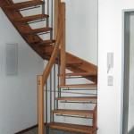 1/2 Wendungstreppe mit Eckpfosten in Esche und Kinderschutzleisten in Edelstahl