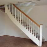 1/4 Wendungstreppe mit Eiche Handlauf und Stufen, Geländerstäbe gedrechselt weiß lackiert