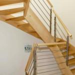 2/4 Wendungstreppe in Esche mit Reelinggeländer gerader Verlauf in den Ecken abgesetzt