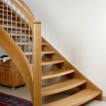 Treppe in Eiche mit breiter Blockstufe am Treppenanfang