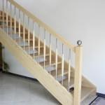 Gerade Treppe in Esche, Holz-Edelstahlsprossen, Anfangspfosten mit Stahlkugel
