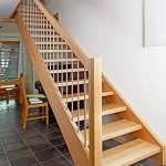 Gerade Treppe, Buche, Edelstahlsprossen, Handlauf gerundet, glatter Pfosten