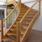 Treppe in Eiche mit Marmoreinlage in den Stufen, Setzstufen, Austrittspodest