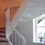 TWangentreppe mit Krümmlingspfosten und Stufen Eiche Dunkel, Wangen und Sprossen weiß