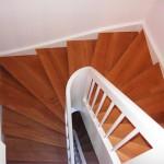 1/2 Wendungstreppe weißes Geländer und Wangen, Stufen Eiche