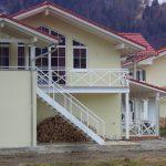 Balkon und Gartentreppe mit Andreaskreuz und Glas